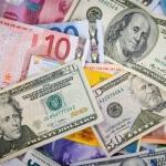 כסף מפוזר על השולחן למטרת הלוואה
