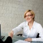 לקוחה מרוצה לאחר הלוואה בהוראת קבע