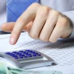 אדם מחשב ריביות להלוואה לכיסוי המינוס