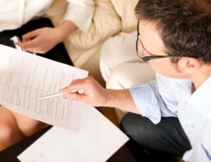 אדם מקבל ייעוץ לגבי הלוואה