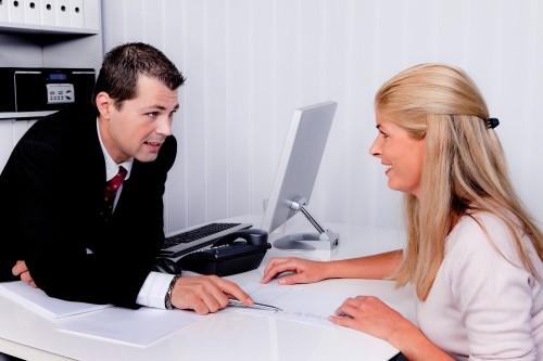 אשה בשיחת ייעוץ לגבי קבלת הלוואה