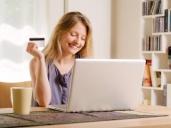 בחורה עם כרטיס אשראי מקבלת הלוואה באינטרנט