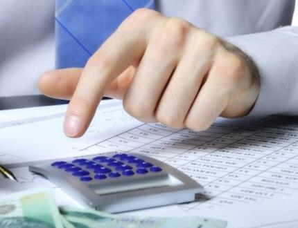 אדם מחשב ריבית של הלוואה במחשבון