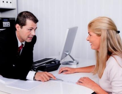 בחורה בפגישת ייעוץ לקבלת הלוואה