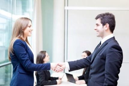 יצואן לוחץ ידיים ליועצת לאחר פגישה לגבי קבלת הלוואה