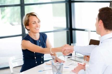 אשה בפגישה לצורך קבלת הלוואה לעובדים