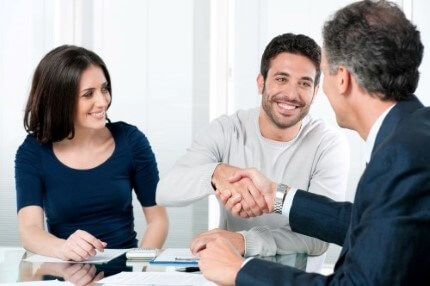 יועץ פיננסי בפגישה לגבי הלוואה לפתיחת עסק