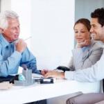עובדי עירייה בפגישה הנוגעת לקבלת הלוואה