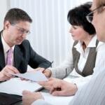 יועץ פנסיוני בפגישה עם לקוחות לגבי הלוואה