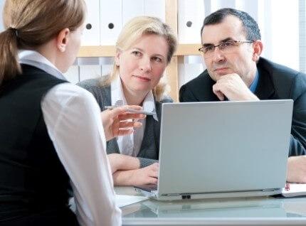 זוג עובדי מדינה בפגישת ייעוץ לקבלת הלוואה