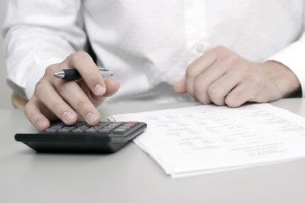 אדם מחשב ריבית של הלוואה שהוא רוצה לקחת