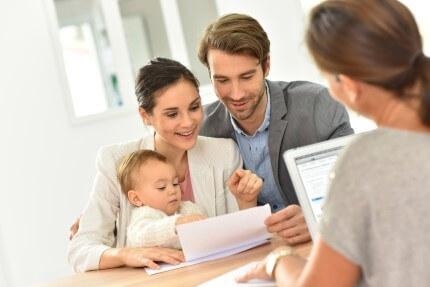 זוג עם תינוק בא לקחת הלוואה לטיפולי פוריות