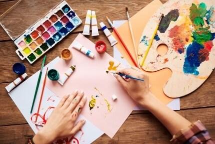 אמנים מציירים עם צבעים