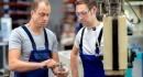 עובדי מפעל מתייעצים בנושא הלוואה