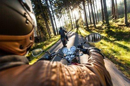 2 אנשים רוכבים על אופנועים