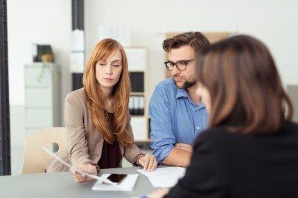 זוג בייעוץ לקבלת הלוואה לטווח ארוך