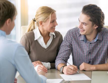 זוג צעיר בפגישה לקבלת הלוואה