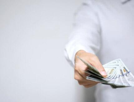 אדם מחזיק בשטרות לצורך הלוואה