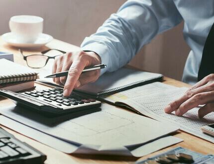 איש עסקים חותם על טופס הלוואה ממימון ישיר