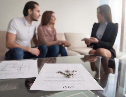 זוג חותם על טופס הלוואה להשלמת הון עצמי לדירה